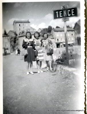 Photo de famille NB panneaux de villes : Tence, Haute-Loire.