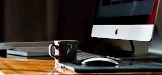 Tips Menyeduh Secangkir Kopi Agar Enak dan Nikmat di depan meja kerja