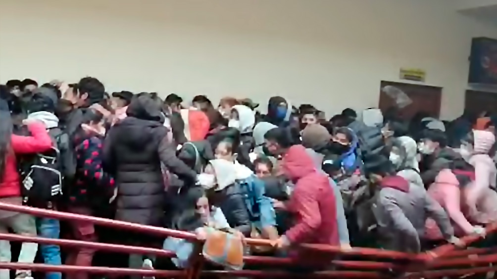 VIDEO: Al menos 5 estudiantes universitarios murieron al caer de un cuarto piso en Bolivia