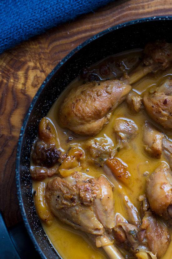 Piletina sa suvim kajsijama, suvim grožđem i tamarindom