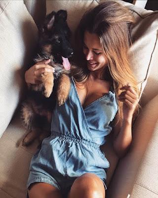 pose en la cama con mascota