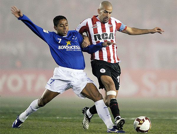 Estudiantes 0 x 0 Cruzeiro. Resultado da primeira partida da final da Libertadores da vantagem ao Cruzeiro.