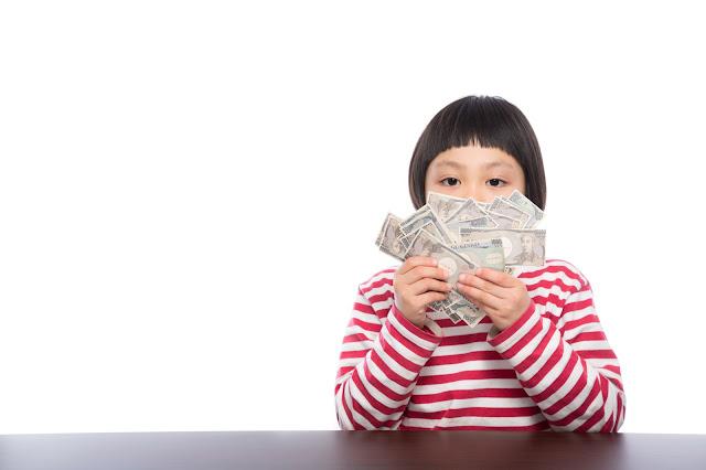 お金を持った少女
