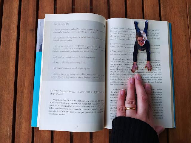 marcador de livro feito a partir de uma fotografia de uma criança, que parece pendurada na parte de cima do livro