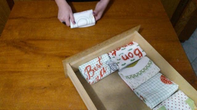 Como dobrar panos de prato e ganhar espaço na gaveta da cozinha!