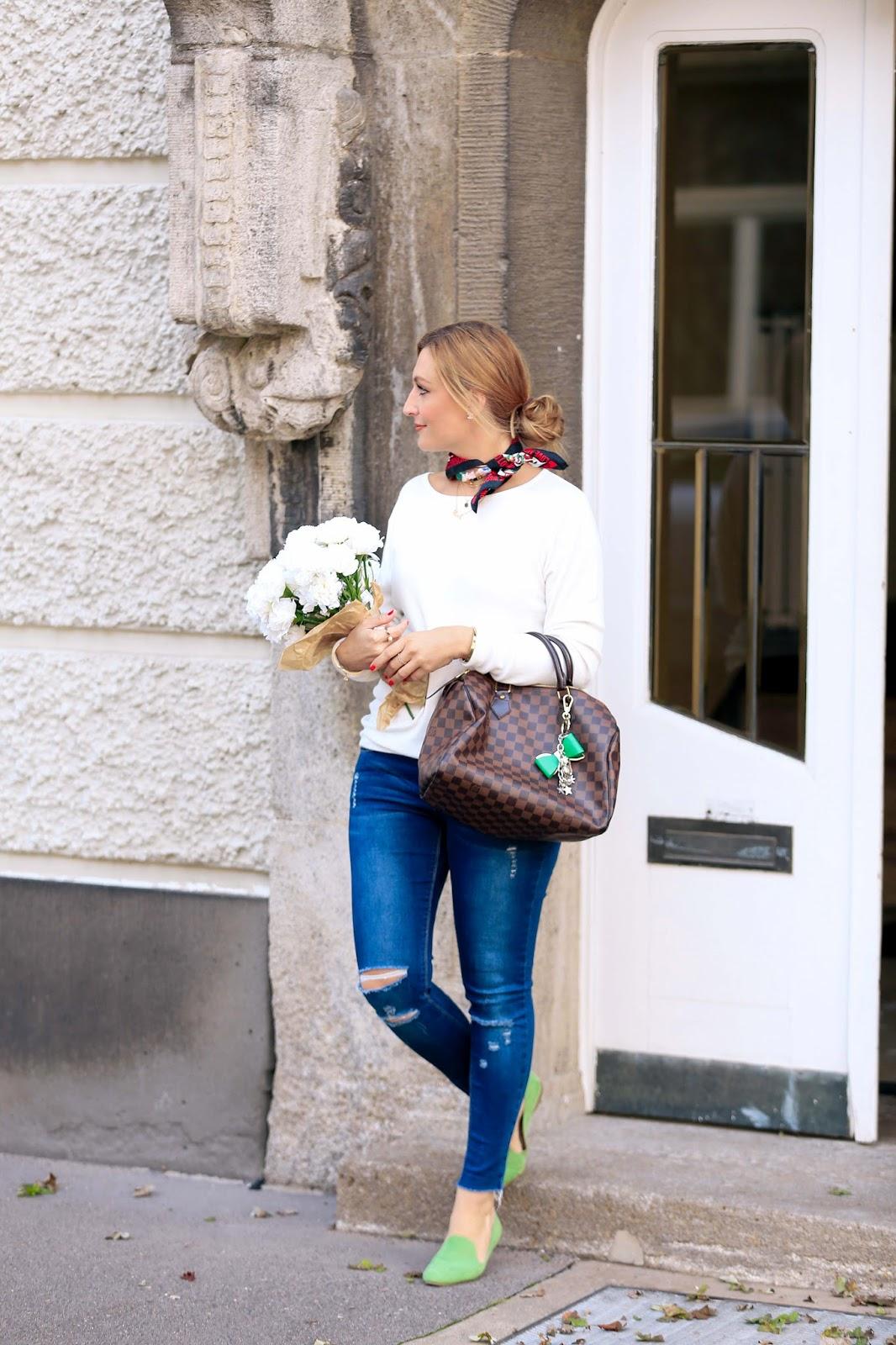 Wie-kombiniert-man-slipper-grüne-slipper-grüne-schuhe-fashionblogger-blogger-style-fashionblogger-aus-frankfurt-Fashionstylebyjohanna-LV-Speedy-Braune-LouiseVuitton-Tasche