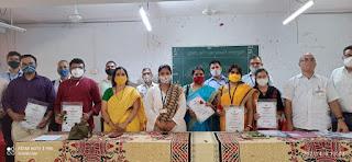 सम्मानित किए गए शिष्यवृत्ती परीक्षा में चयनित मनपा विद्यार्थियों के अभिभावक | #NayaSaberaNetwork