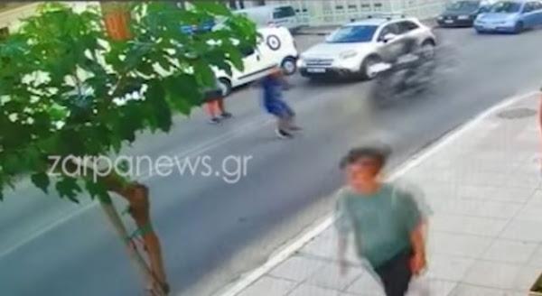 Σοκαριστικό βίντεο με παράσυρση παιδιού από μηχανή - Σκληρές εικόνες