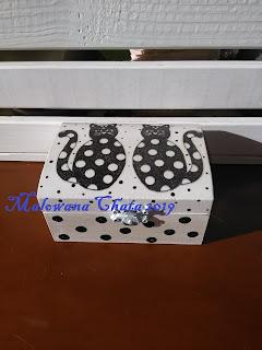 Czarne kotki w białe kropki