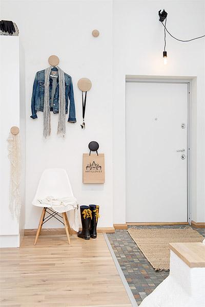 décoration style scandinave entrée avec patères rondes en bois brut