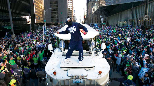 Marshawn Lynch throwing skittles during the seahawk's super bowl parade