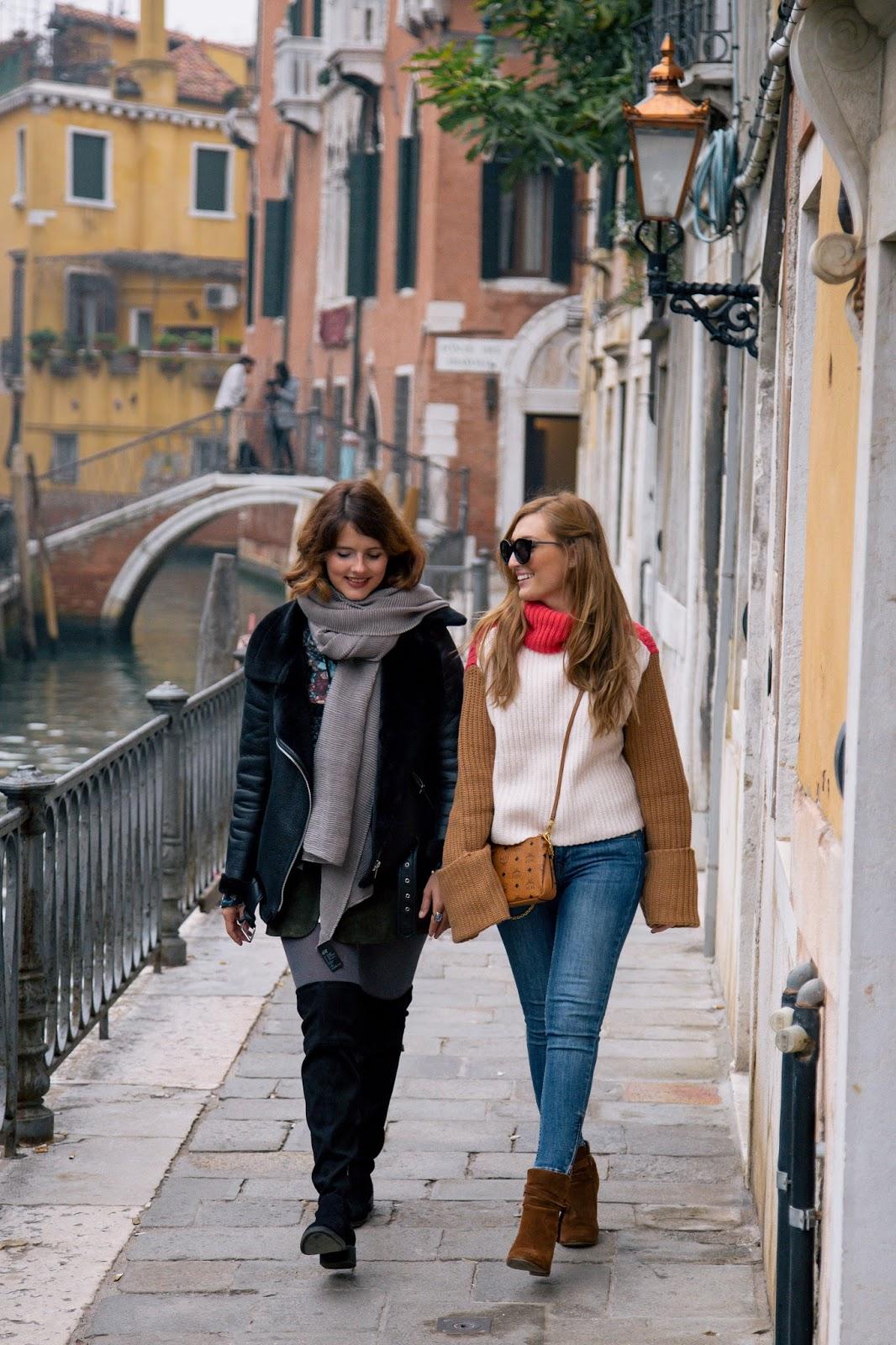 Venedig-blogger-in-venedig-winterlook-winter-outfit-creme-farbene-jacke-creme-felljacke-pelzjacke-braune-wildleder-stiefeletten-rolli