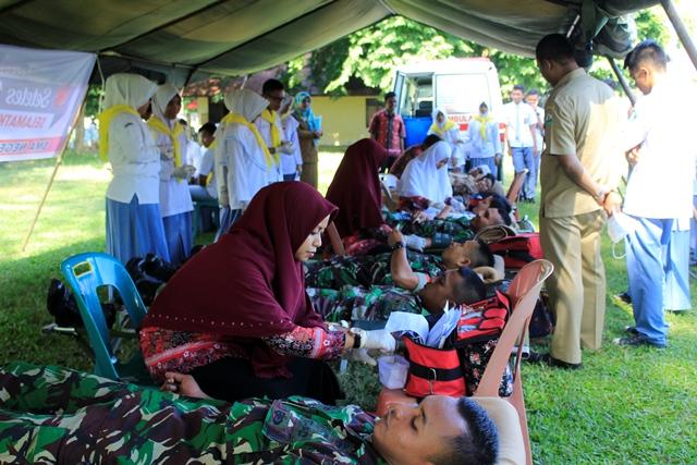 TNI dan Pelajar SMA 2 Bireuen Kumpulkan 60 Kantong Darah