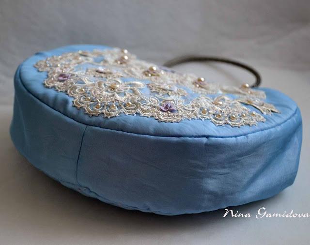 Сумочка с фермуаром, украшена кружевом,бисером и ручной вышивкой.