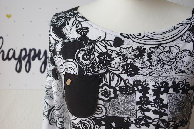 Details Brusttasche Shirt Frau Marlene aus Stoff mit Blumen Schnittmuster von frizi & schnittreif selbst genähte Damen Oberteil Longsleeve mit Schultereinsätzen Schwarz Weiß