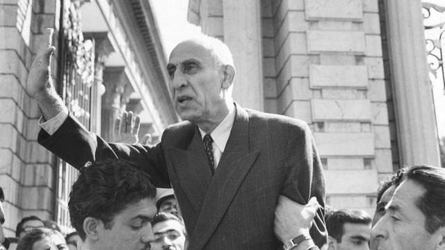 O primeiro-ministro Mohammad Mossadeq foi o primeiro governante eleito democraticamente no Irã, mas acabou derrubado num golpe de Estado arquitetado pelos EUA e o Reino Unido.