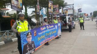 Satlantas Cirebon Kota Sosialisasikan Tertib Dalam berlalu Lintas Sekaligus Berbagi Takjil Bagi Pemakai Jalan