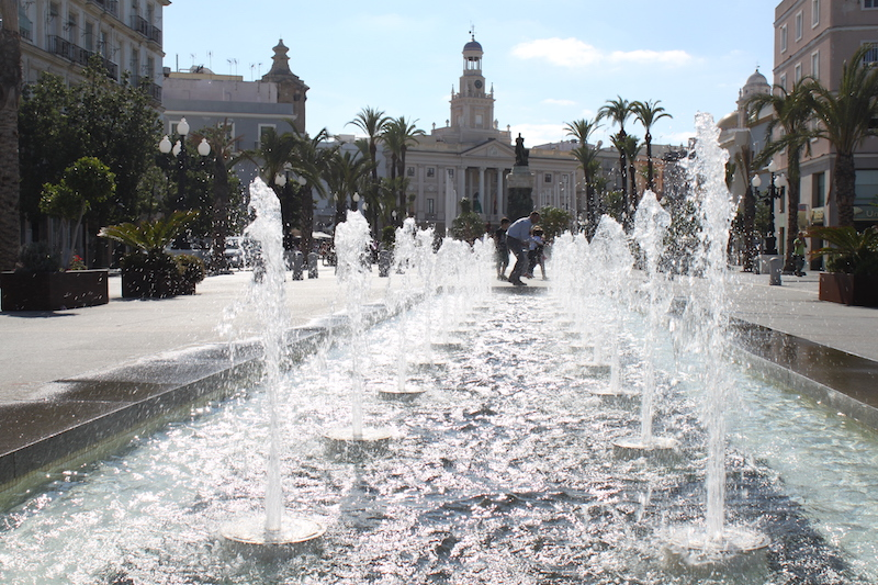 Lichtdurchfluteter Platz in Cádiz