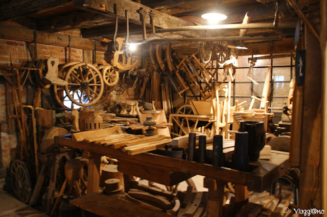 L'interno di una bottega artigiana all'Ecomuseo d'Alsazia