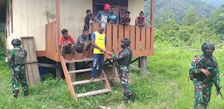 Patroli Simpatik di Kampung Dabra, Satgas TNI Yonif 751 Bagikan Bendera Merah Putih