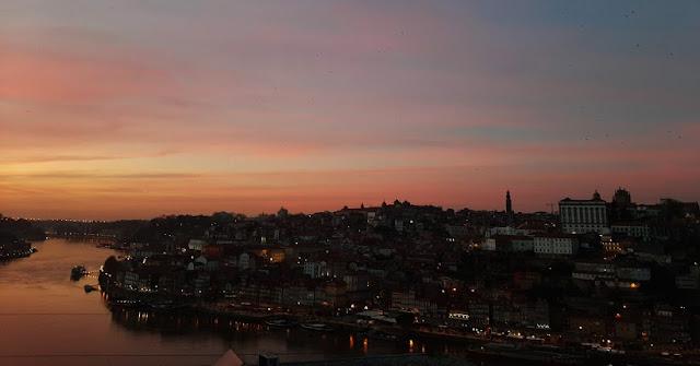 cidade do Porto e rio Douro durante o pôr do sol