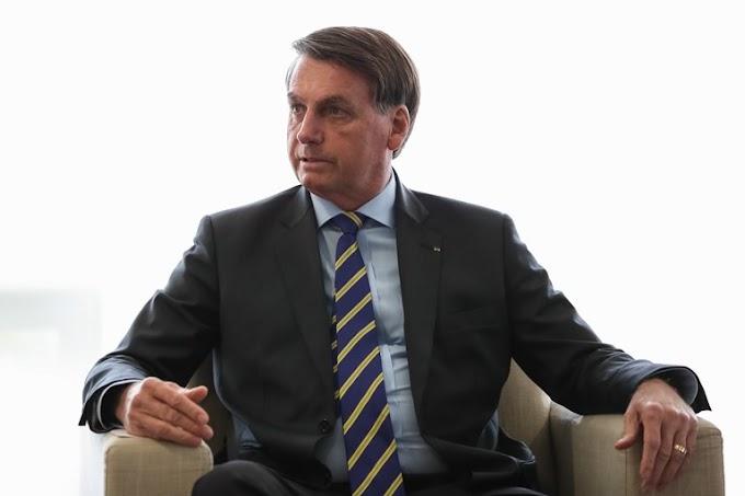 Jair Bolsonaro assina quebra de monopólio em transmissões de jogos esportivos.