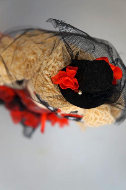 Muñeca de trapo La Catrina mexicana con sombrero en rojo y negro. Día de los muertos.
