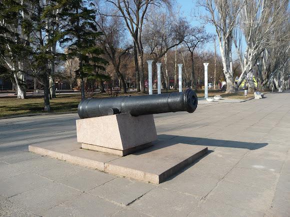 Николаев. Флотский бульвар. Памятник-пушка