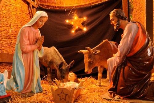 #PraCegoVer: Presépio, a Sagrada Família e os animais na cena da natividade.