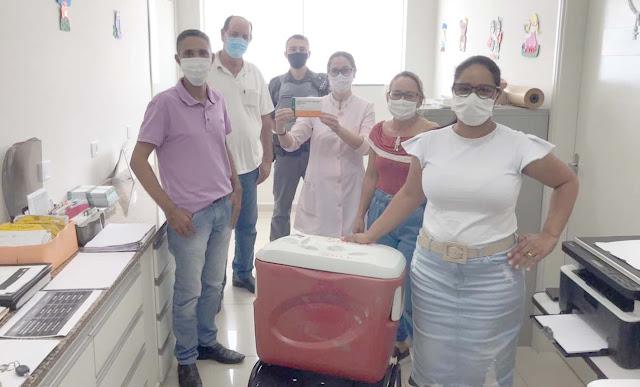 Prefeito e vice-prefeito acompanham chegada e aplicação da vacina em Sales