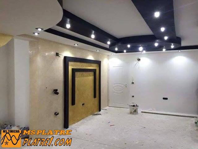 Faux plafond de salon et décor de plasma