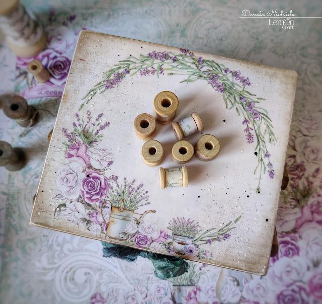 Przybornik krawiecki widziany z góry - na wieczku motyw lawendowego wianka z kolekcji My sweet Provence