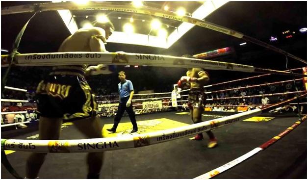 Pertarungan dua petinju di Rajadamnern Boxing Stadium