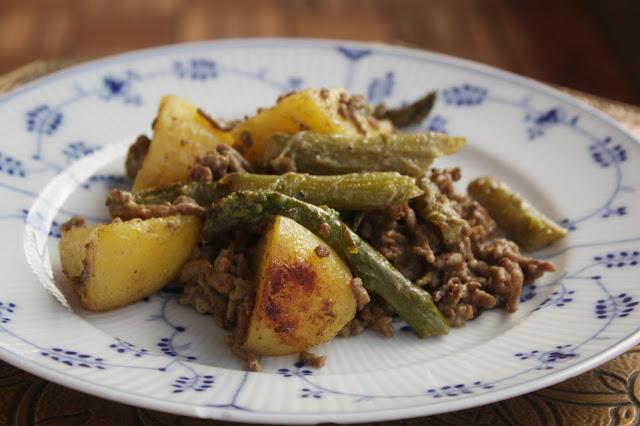 Es gibt ein leckeres und simples Pfannengericht: Grünen Spargel in Senfsauce mit Rinderhack. http://kuechenliebelei.blogspot.de/