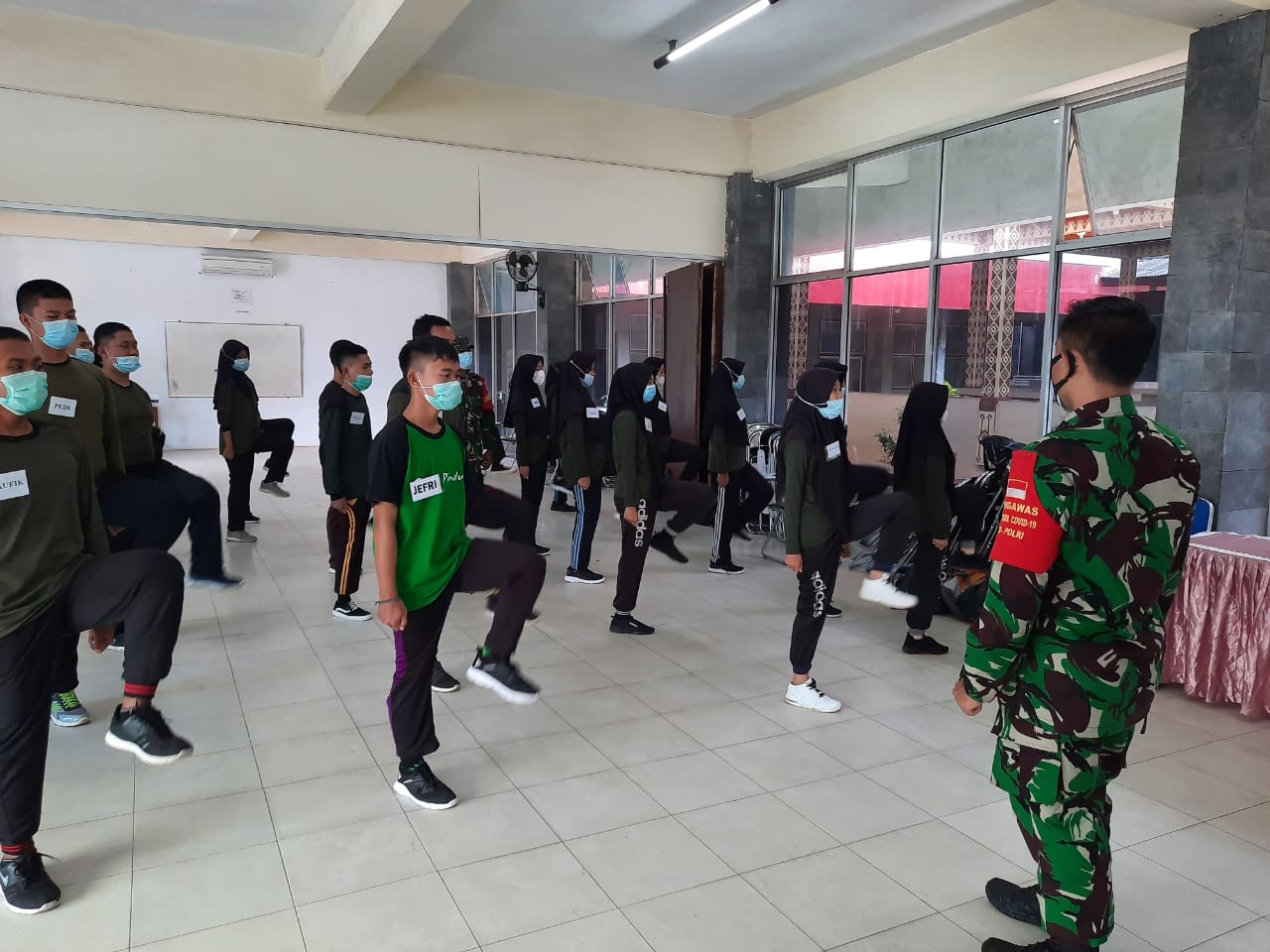 Babinsa Koramil 410-04/TKT Kodim 0410/KBL Serka Selamet, memberikan pelatihan dasar PBB dalam rangka pemantapan teori dan praktek anggota Resimen Mahasiswa Batalyon 206/Harimau Putih UTB Lampung