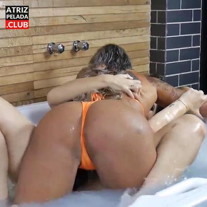 """Luiza ambiel de """"A Fazenda 12"""" e Aline Uva na banheira"""
