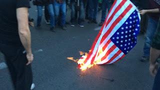 Διαδηλωτές του KKE έκαψαν τη γαλλική, την αμερικανική και τη βρετανική σημαία σε συγκέντρωση κατά της επίθεσης στη Συρία