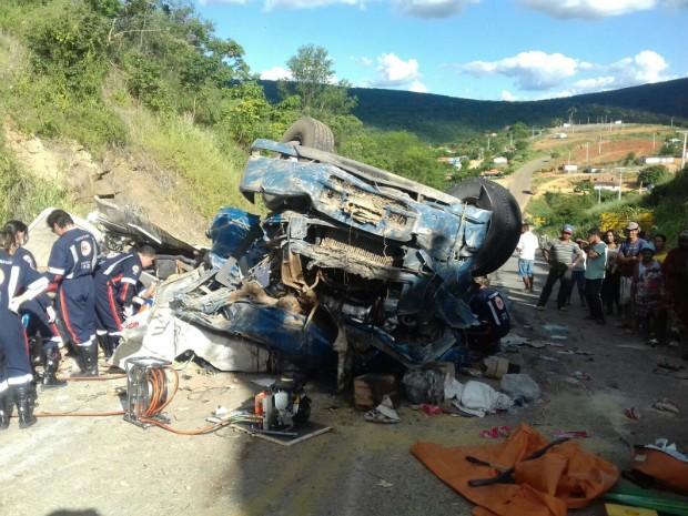 Quatro pessoas morrem após caminhão capotar em distrito de Vitória da Conquista (Foto: Divulgação/Polícia Militar)
