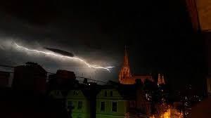 A força da natureza é incomensurável.Vento, chuva e raios sobre Porto Alegre-RS