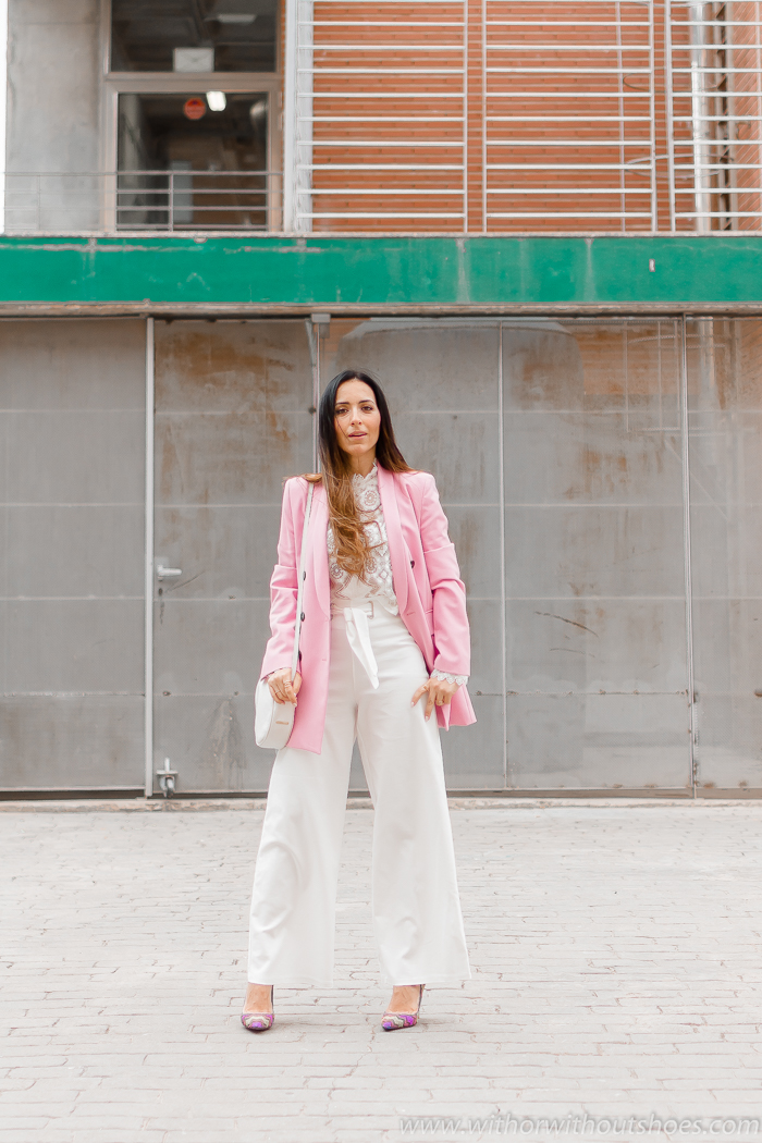 Look como combinar los pantalones blancos en otoño invierno con chaqueta blazer y salones Pura Lopez