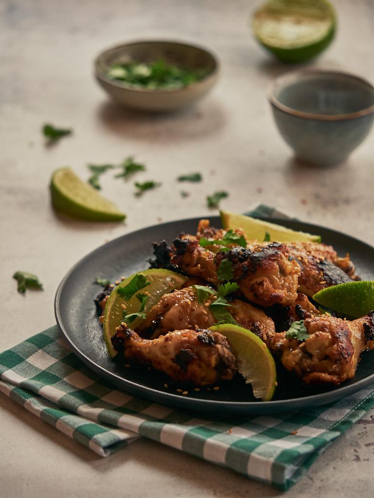 alitas de pollo con lima y cilantro