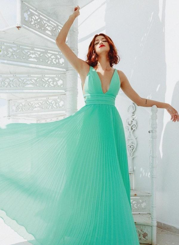 vestido de festa longo verde plissado para madrinha de casamento durante o dia