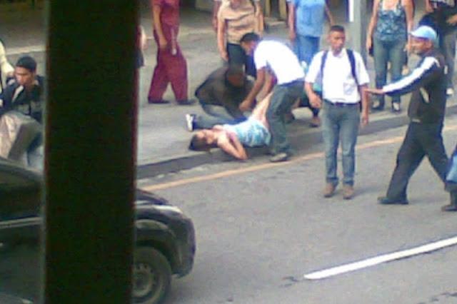 Mujer parió en plena avenida Universidad por no haber sido atendida en ninguna maternidad