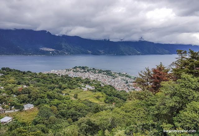 O lago de Atitlán visto da base do Vulcão San Pedro, em San Pedro la Laguna