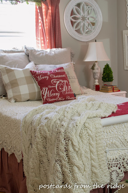 Such a beautiful, cozy Christmas bedroom. Lots of other great Christmas decorating ideas on this site.