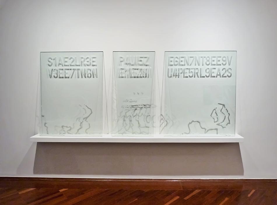 Vidrios grabados de la instalación Traslaciones de Manuel Eduardo González presentada en el Salón Jóvenes con FIA