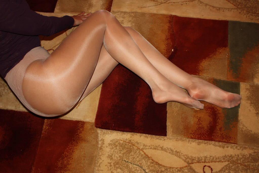 Колготки на женских ногах фото и видео
