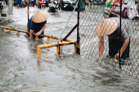 Mấy anh đòi thu phí chống ngập có thấy không, chỉ 15 phút mưa đã làm giao thông tê liệt?