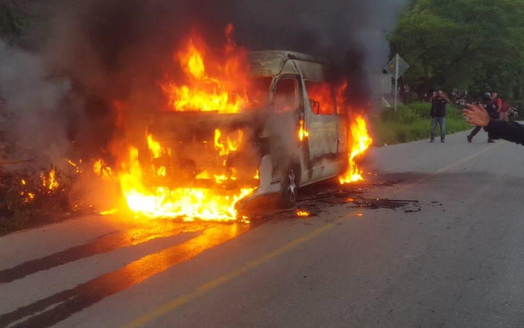 Comando ejecuta a dos hombres y quema unidades de transporte público en Guerrero