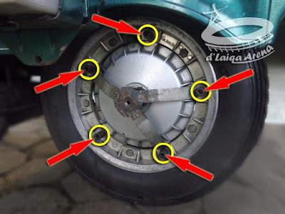 pasang kembali penyanggah cover roda dan mur pengunci